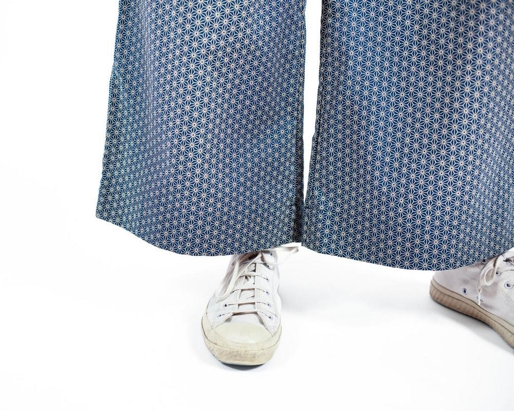 Pantaloni a vita alta con bottoncini laterali di cotone tradizionale giapponese con stelline ecru su fondo verde ottanio