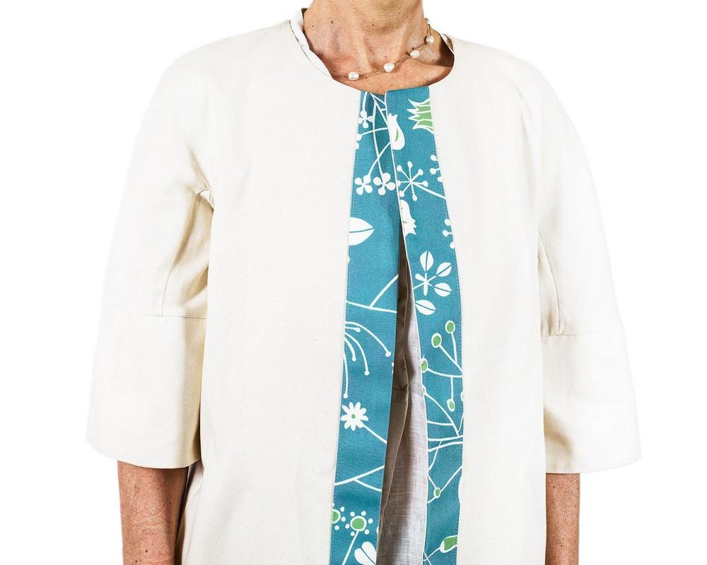 Cappottino foderato di cotone ecru con bordo di cotone giapponese turchese a fiori stilizzati bianchi