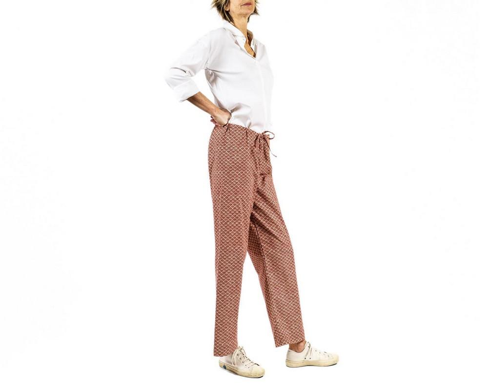 Pantaloni con con coulisse di cotone tradizionale giapponese con nuvolette rosso bordeaux su fondo ecru