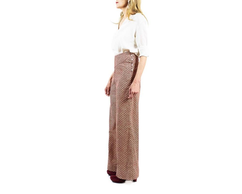 Pantaloni a vita alta con bottoncini laterali di cotone tradizionale giapponese con nuvolette rosso bordeaux su fondo ecru