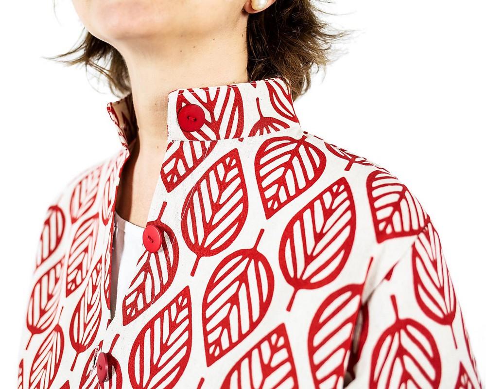 Cappottino sfoderato ecru a foglie rosse stilizzate di cotone e lino giapponese