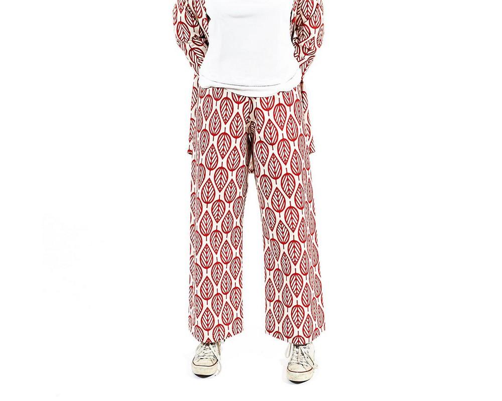 Pantaloni con elastico di cotone e lino giapponese con grandi foglie stilizzate rosse su fondo ecru