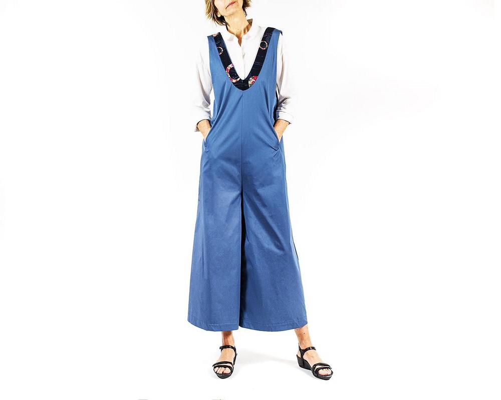 Tuta pantalone di cotone celeste cenere con bordo di cotone giapponese blu con cerchi a fiori rosa, rossi e celesti