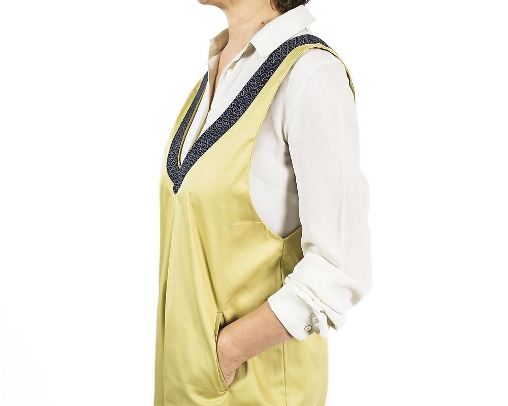 Tuta pantalone di cotone giallo oro chiaro con bordo di cotone giapponese a nuvolette giallo oro chiaro su fondo blu