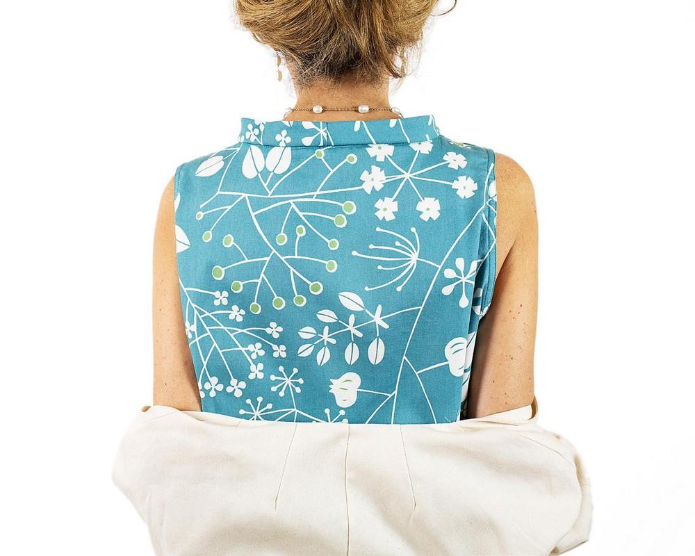 vestito senza maniche con collo ad anello e linea svasata con tasche: cotone giapponese turchese con fiori stilizzati bianchi
