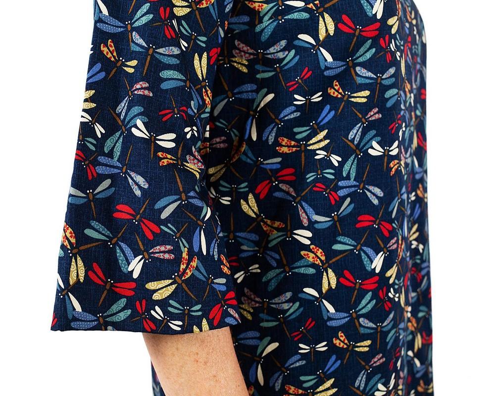 vestito con manica a tre quarti svasata, collo a barca e linea leggermente svasata di cotone giapponese blu con libellule colorate