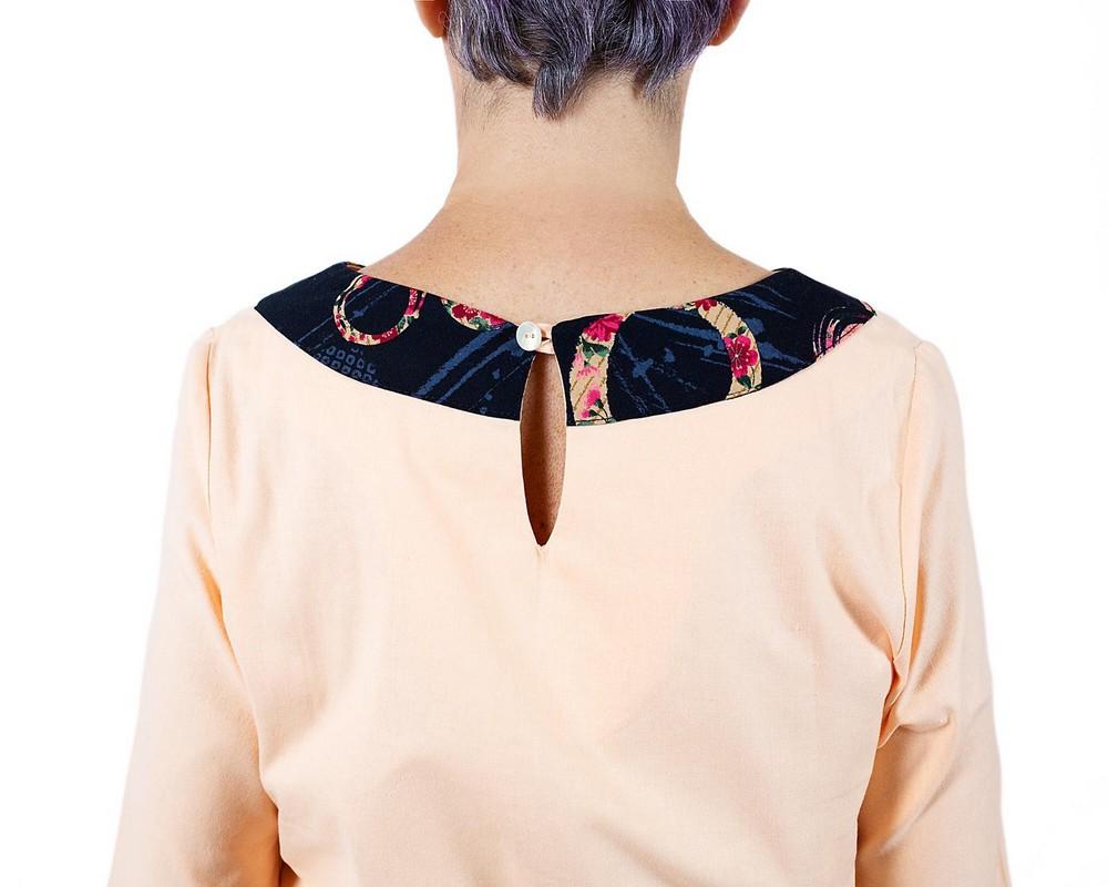 vestito con manica a tre quarti svasata, collo a barca e linea leggermente svasata di cotone pesca con bordo di cotone giapponese blu a cerchi con fiori rossi, rosa e celesti