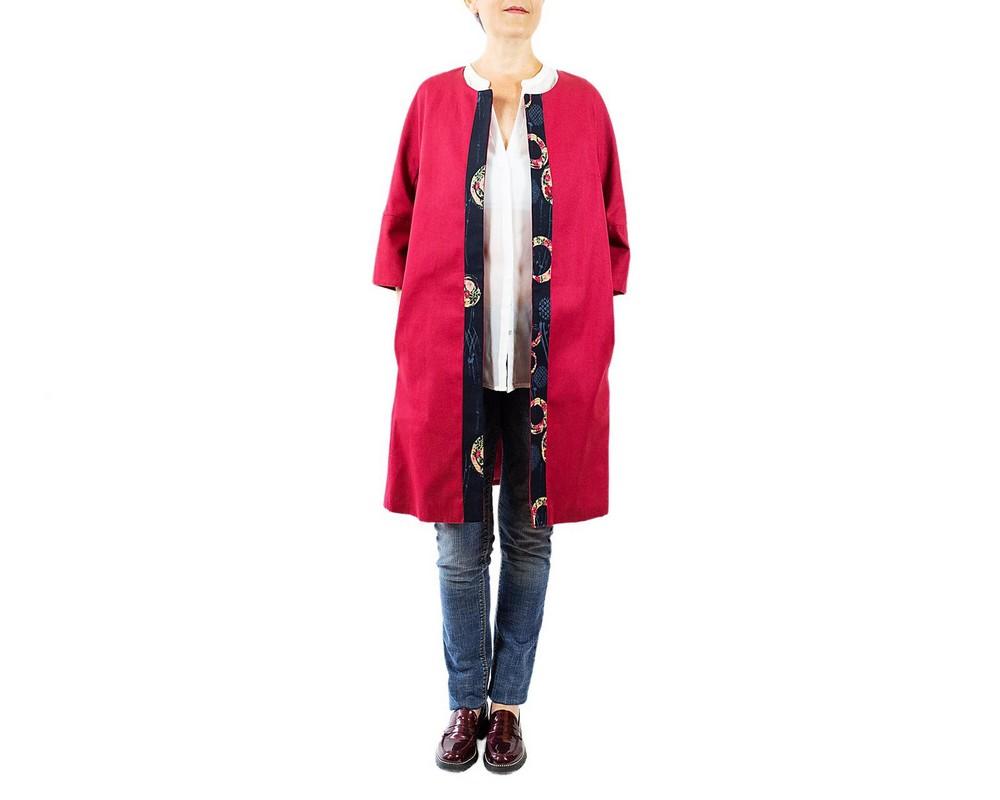 Cappottino foderato di cotone rosso scuro con bordo di cotone giapponese blu a cerchi con fiori rosa, rossi e celesti