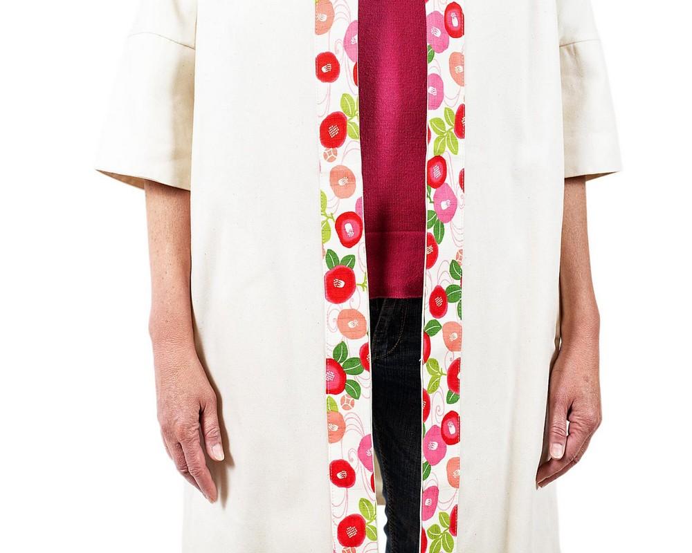 Cappottino foderato di cotone ecru con bordo di cotone giapponese a fiori rosa e fucsia