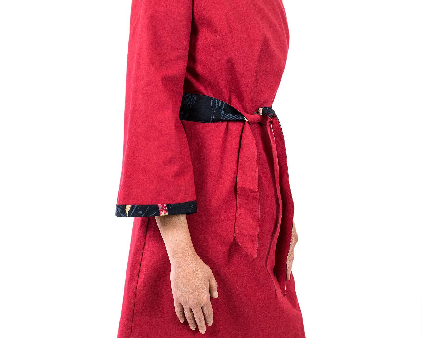 vestito con manica a tre quarti svasata, collo a barca e linea leggermente svasata di cotone rosso scuro con bordo di cotone giapponese blu a cerchi con fiori rossi, rosa e celesti