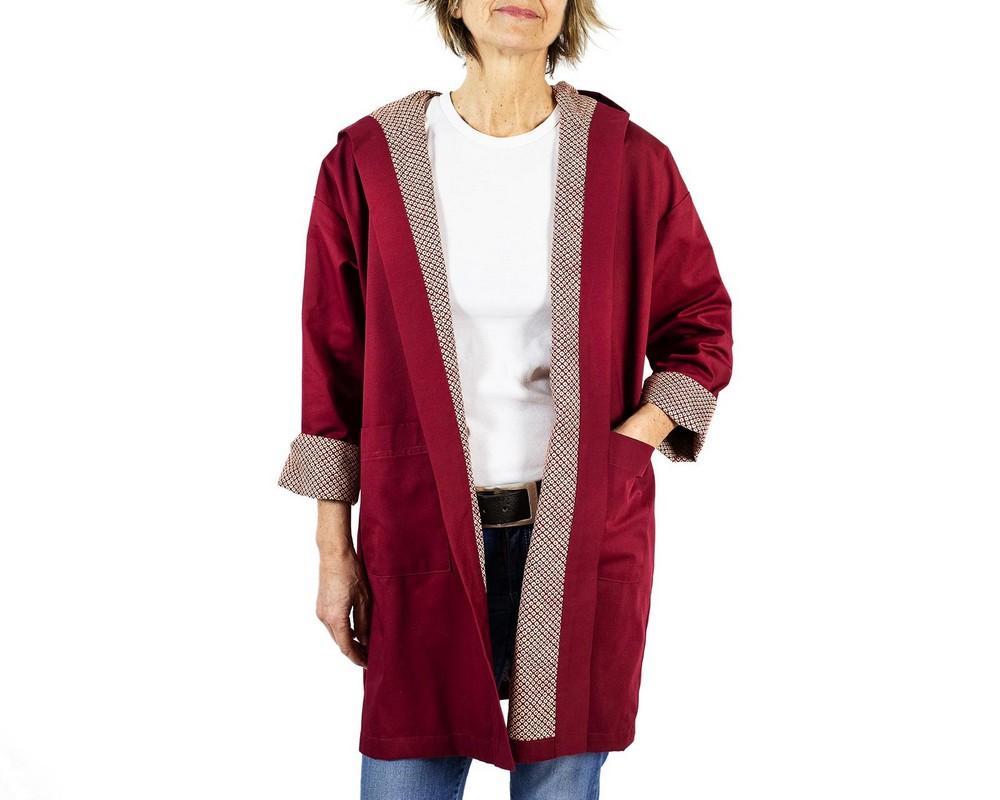 Spolverino con cappuccio di gabardine rosso amaranto e interno di cotone giapponese Konoko